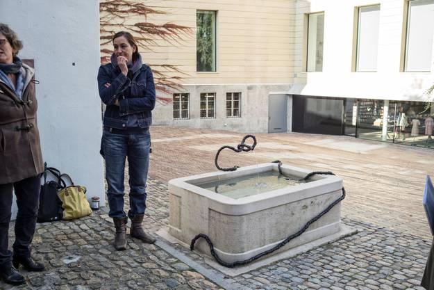Im Hof des Museums der Kulturen verbindet die Künstlerin Tina Z'Rotz Alt und Neu miteinander.