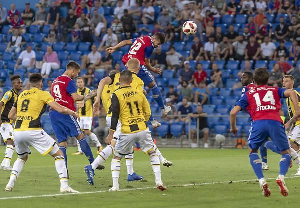 Die Szene des Spiels: Der Basler Albian Ajeti erzielt per Kopf das einzige Tor des Spiels.