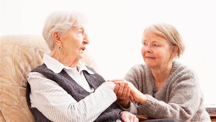 Oft unterstützen Menschen ihre Verwandten mit grossem persönlichem Einsatz.Symbolbild/mgt