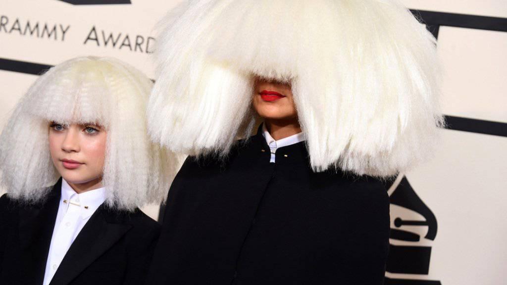 Popsängerin Sia (rechts) wechselt ins Filmgeschäft. Ihr Gesicht versteckt sie gerne hinter einem Haarvorhang. (Archivbild)
