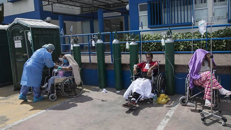 In Peru breitet sich das Coronavirus immer weiter aus - Menschen müssen bereits vor Spitälern behandelt werden. (Archivbild)