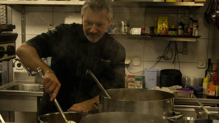 Gastronom Jörg Lenzin bereitet in seinem Landgasthof Ochsen in Wölflinswil die Gerichte für den Take-away zu.