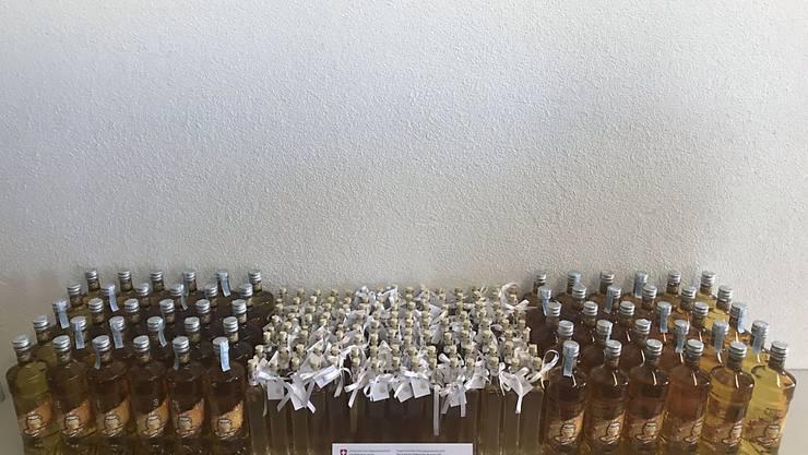 Fein säuberlich abgefüllt und geschmückt hätte der Honiglikör das Hochzeitsfest in der Schweiz versüssen sollen.