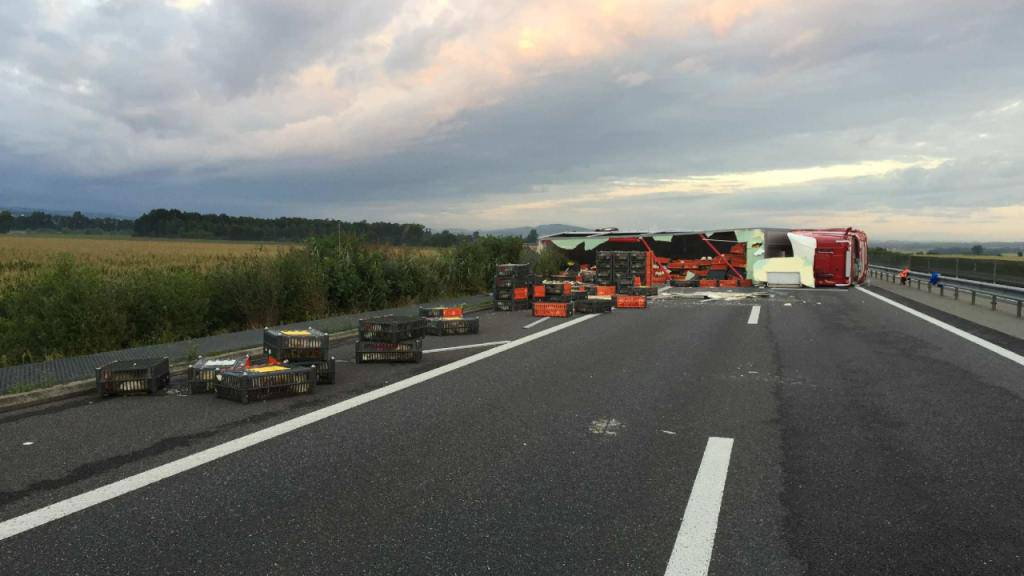 Während fünf Stunden blockierte der umgekippte LKW den Verkehr Richtung Bern.