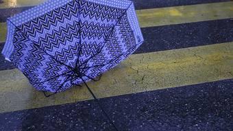 Dürfte auch in den kommenden Tagen ein häufiges Phänomen sein: Vom Wind umgedrehter Regenschirm, hier im Dezember in Genf.