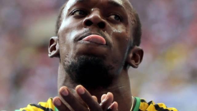 Usain Bolt schnalzt mit der Zunge.