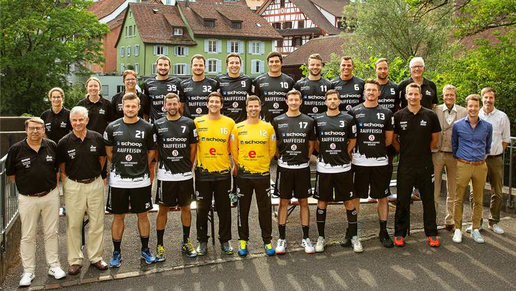 Der STV Baden der Saison 2019/2020, hintere Reihe: Romina Bernasconi (Physio), Fabienne Betz (Physio), Andrea Belser (Physio), Patrick Schweizer, Jonathan Knecht, Ramon Schweizer, Seppi Zuber, Ilan Baumann, Pascal Bühler Philipp Wildi, Adi Lehner (Sportchef). Vordere Reihe: Urs Fischer (Eventchef), Jürg Kappeler (Geschäftsführer), Andreas Heyme, Francesco Biffiger, Marco Wyss, Michael Schoch, Noah Gautschi, Fabian Schmid, Malvin Patzack, Björn Navarin (Trainer), Detlef Brose (Sponsor, CEO Grand CasinoBaden),Adrian Schoop (Sponsor, Schoop Gruppe), Beat Lehmann (Sponsor, Marketingleiter Grand Casino Baden). Bild: zvg (Baden, 22. Juli 2019)