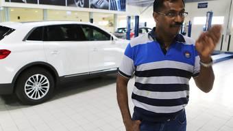 Will trotz Lottogewinn weiterarbeiten: Mohamed Basheer beim Autoverleih in Dubai.