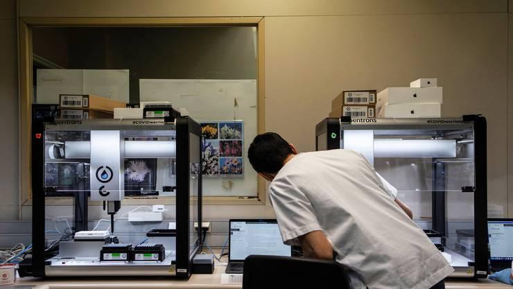 Das BAG empfiehlt, nur mit dem zuverlässigen PCR-Verfahren zu testen. Mit diesem wird die Erbsubstanz des Virus aufgespürt und analysiert.