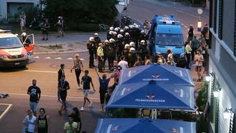 Polizeieinsatz beim Binz-Areal in Zürich. Auf eine Räumung will die Stadtpolizei jedoch vorerst verzichten.