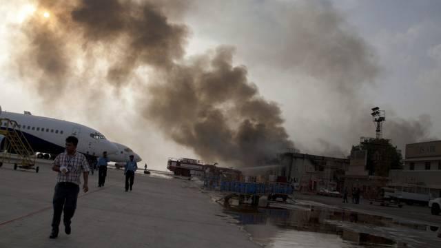 Rauch steigt über dem Karachi-Flughafen auf