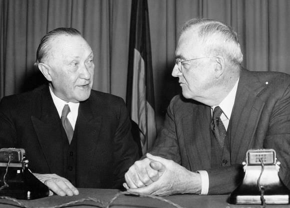 Der deutsche Bundeskanzler Konrad Adenauer (links) hatte am 7. April 1953 als erster deutscher Regierungschef nach dem Ende des Zweiten Weltkriegs die USA besucht. Auf diesem Bild unterhält er sich mit dem US-Aussenminister John Foster Dulles in Washington.