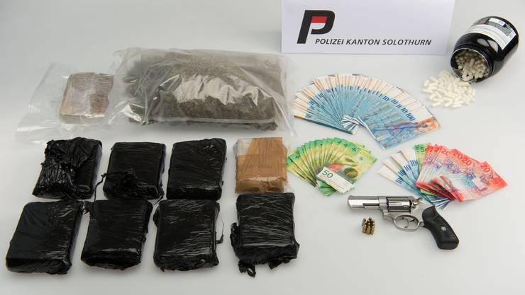 Die sichergestellten Betäubungsmittel, das Bargeld und die Waffe mit Munition.