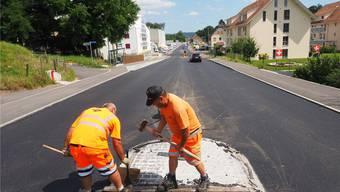 Nach der Sonntagsarbeit war die Gösgerstrasse in Winznau gestern wieder in beiden Richtungen befahrbar, am neuen Belag war noch Feinarbeit angesagt.