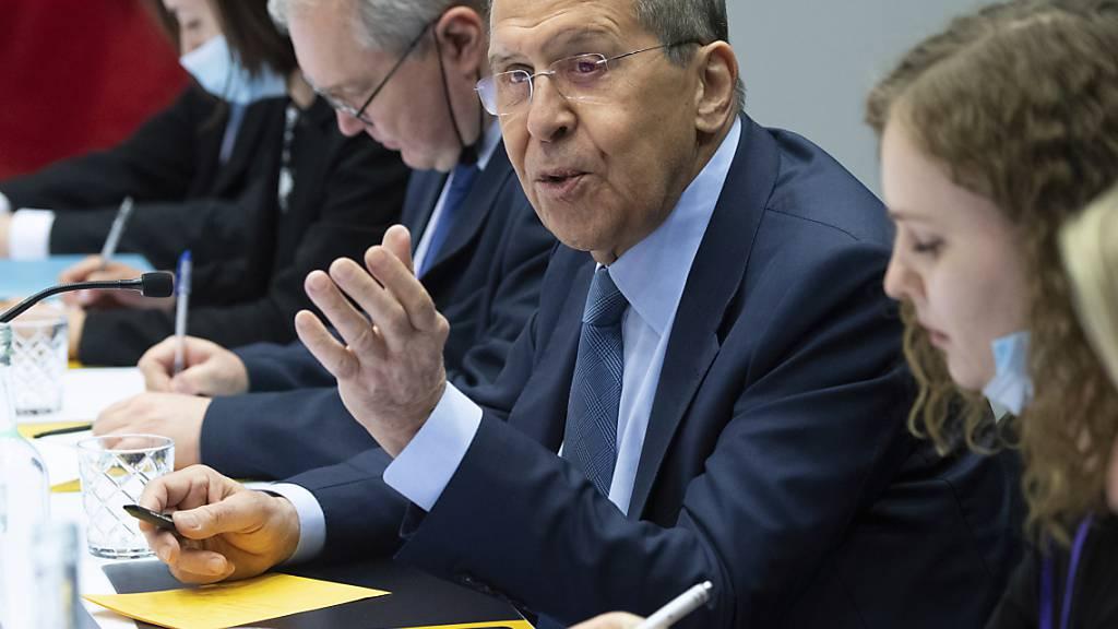 Der russische Außenminister Sergej Lawrow spricht während eines Treffens am Rande des Gipfels des Arktischen Rates. Foto: Saul Loeb/Pool AFP via AP/dpa