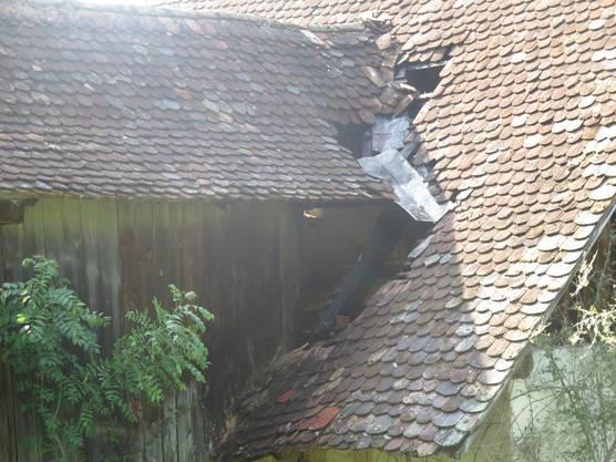 Durch den Blitzeinschlag entstand ein Schwelbrand. Diesen konnte die Feuerwehr aber schnell löschen.