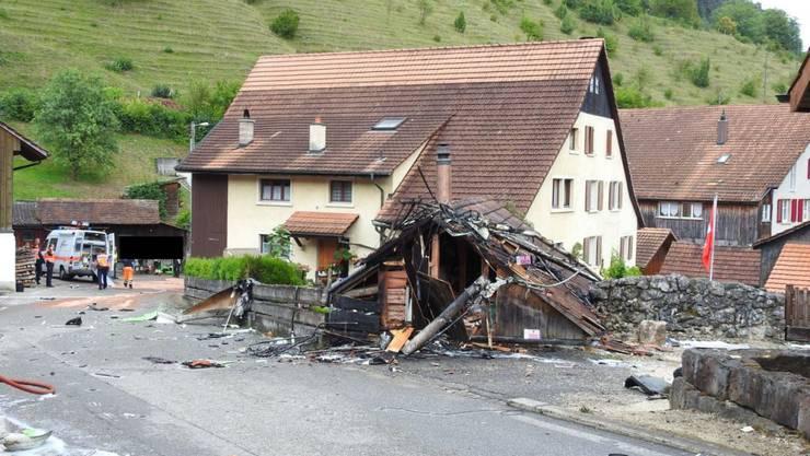Das Foto der Polizei Basel-Landschaft zeigt die Unfallstelle: Eine zerstörte Scheune mitten im Dorf Dittingen (Archivbild)