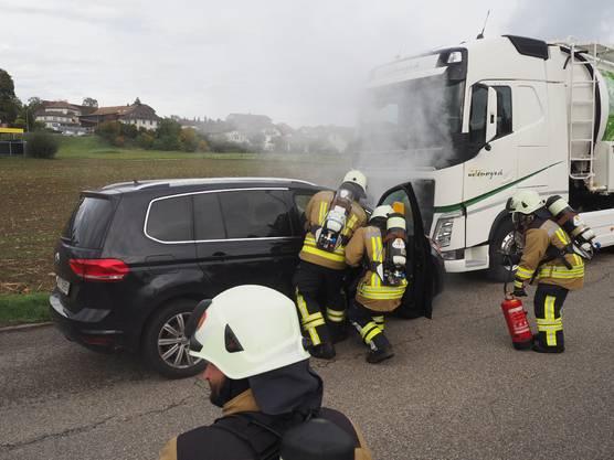Rettung einer eingeklemmten Person nach einer Kollision zwischen einem Lastwagen und einem Auto.