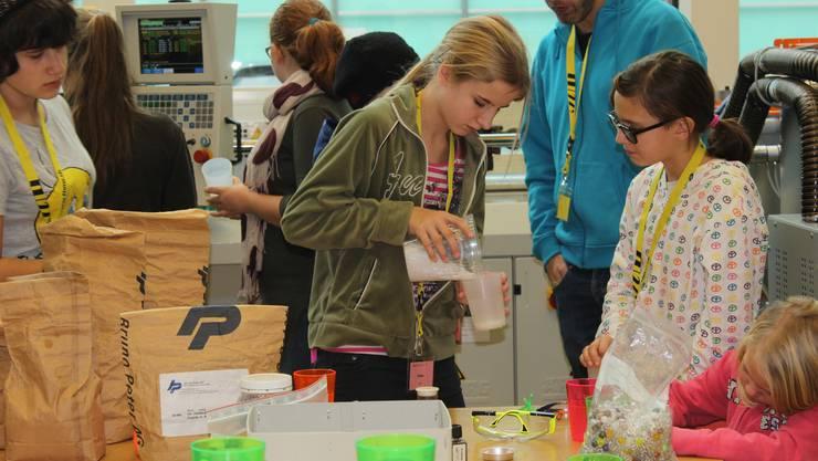 """Die Teilnehmerinnen von """"Mädchen-Technik-los!"""" stellten selber Schmuck, Slime und Schnee aus Kunststoff her."""