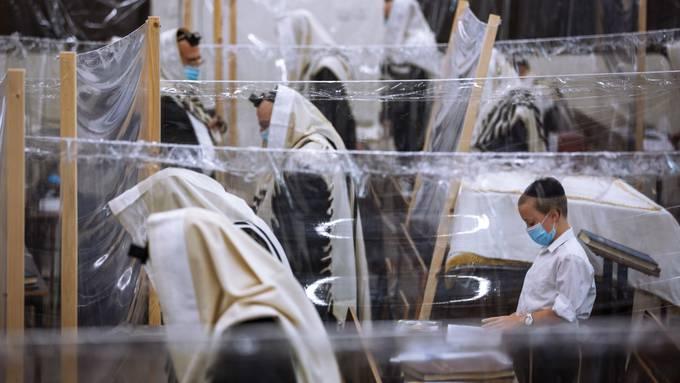 Ultra-orthodoxe Juden beten unter Schutzmassnahmen in einer Synagoge in Bnei Brak, Israel.