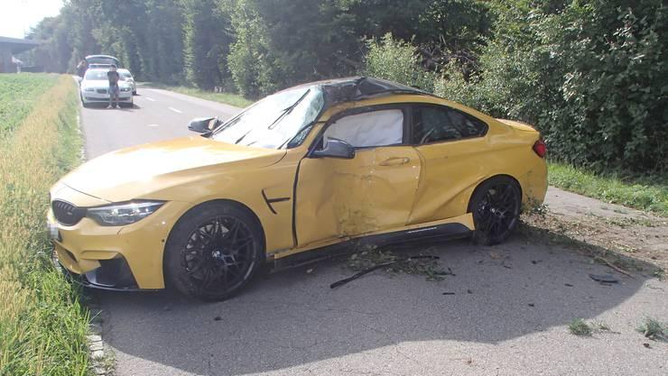 Ein Sportwagen ist in einen Baum geprallt.