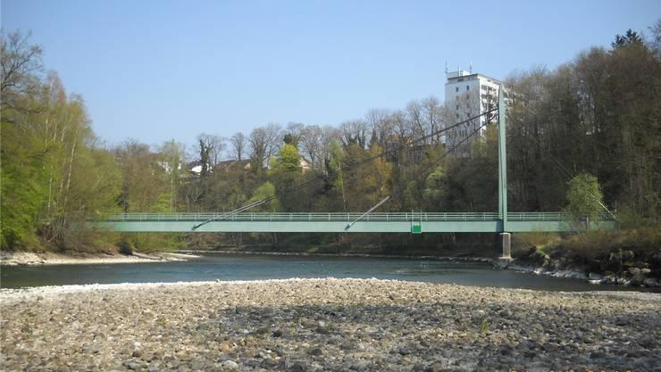 Die Risi- oder ARA-Brücke unterhalb des Städtchens ist ein von Spaziergängern gern benützter Reussübergang. zvg