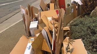 Nach den Festtagen sammelt sich wie hier an der Tellistrasse in Aarau besonders viel Kartonmüll.