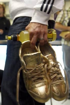 Die goldenen Marathon-Schuhe vom Europameistertitel 2010 des Schweizers Viktor Röthlin werden ebenfalls für einen versteigert, um die Nachwuchssportler zu unterstützen.