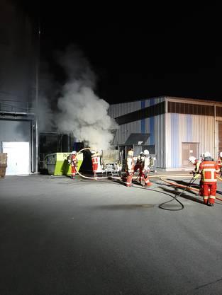 Die Einsatzkräfte der Feuerwehr Bremgarten beim Löschen des Inhalts einer Pressemulde am Sonntagabend.
