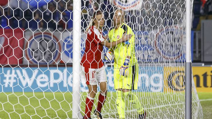 Dickenmann tröstet Torhüterin Thalmann nachdem sie den haltbaren Freistoss zum 1:0 nicht hielt.
