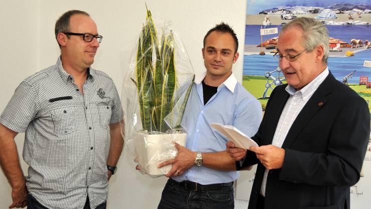 Mit «grünem Geschenk» heisst Boris Banga die Redaktoren Oliver Menge (l.) und Patrick Furrer willkommen.