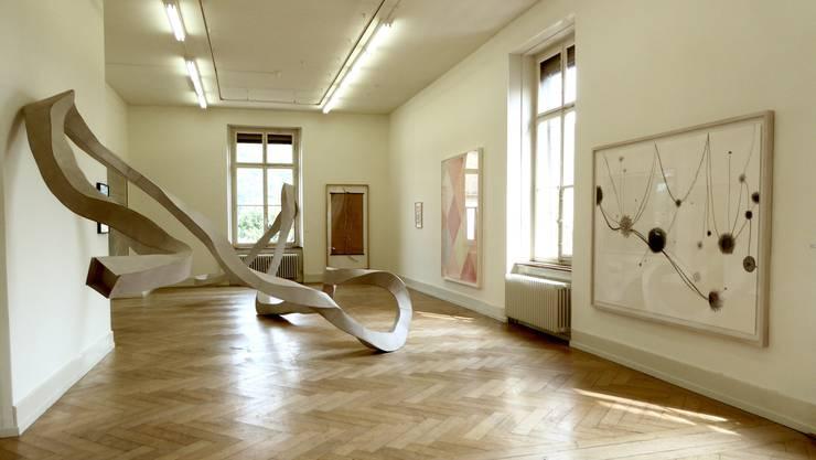 Mehr als Bleistift und Blatt Papier: Wolfgang Zäts «Raumzeichnung 2016/17». Rechts ein Werk von Silvia Bächli.