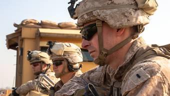 US-Soldaten beobachten die amerikanische Botschaft in Bagdad. Am Samstag schlugen zwei Geschosse in der hochgesicherten Grünen Zone in Bagdad ein, in der sich auch die US-Botschaft befindet. (Bild vom 3. Januar)
