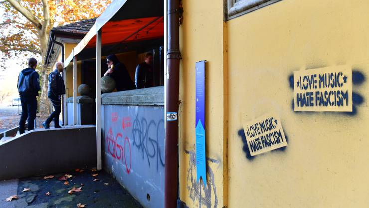 """Linke Gruppierungen sprayten den Slogan """"Love Music Hate Fascism"""" auf die Fassade des Schützi-Gebäudes."""