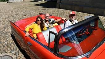 Willi Kohler, Bereichsleiter Liegenschaften und Anlagen der Stadt Brugg, wird zu seiner Pensionierung mit seiner Frau Susanne in einem Chevrolet Bel Air 1957 von Max Weyermann durch die Stadt gefahren