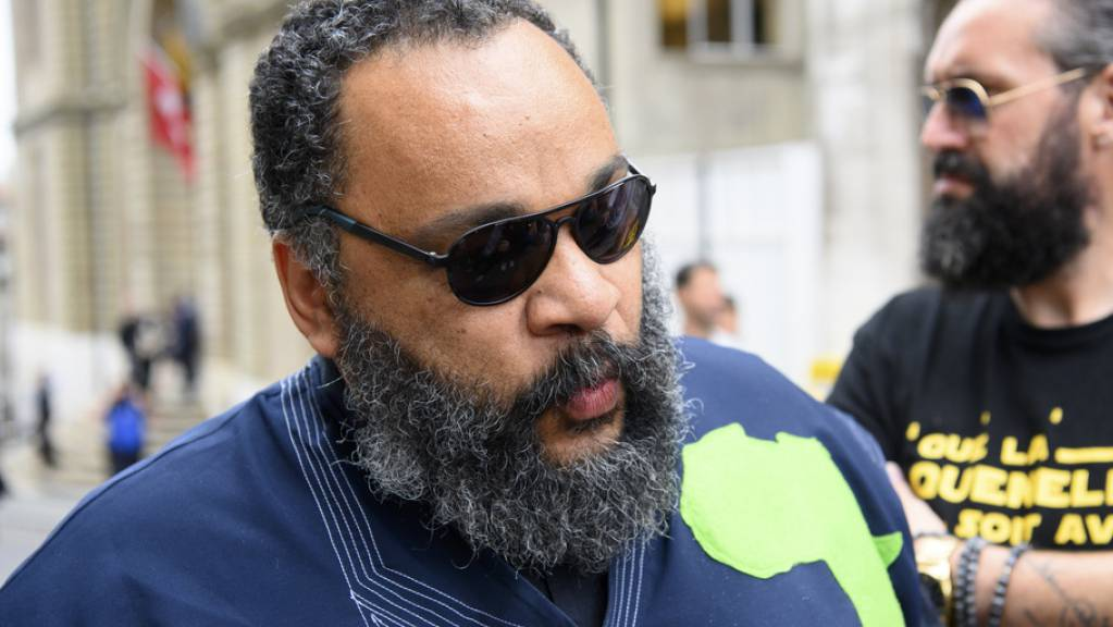 Der französische Komiker Dieudonné während einer Pause der Gerichtsverhandlung am Montag in Genf.