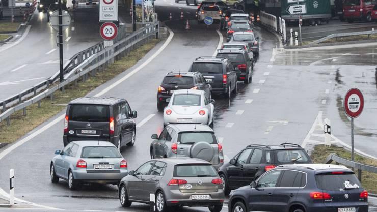 Autokolonnen warten vor der deutschen Grenze Richtung Konstanz. Dieses Bild prägt auch die Vorweihnachtszeit und bei deutschen Händlern klingeln die Kassen. (Archiv)