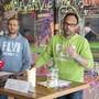 Marcel Meier (rechts), Besitzer der Trampolinhalle in Belp BE, informierte am Dienstag vor den Medien über den Ablauf des Unglücks.