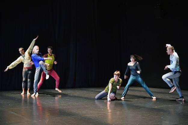 Die Tänzerinnen und Tänzer der belgischen Kompanie «ZOO» von Thomas Hauert lassen ihre Bewegungen in der Musik von George Gershwin aufgehen.