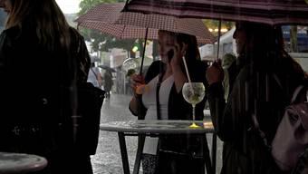 Kurz nach Beginn und pünktlich wie prognostiziert kam der Regen am diesjährigen Maienzug-Vorabend – was erst wie ein Wolkenbruch aussah, wurde zu einer längeren Sintflut. Aber hey, das hat kaum jemanden davon abgehalten, so richtig Spass zu haben an Aaraus schönstem Abend des Jahres.