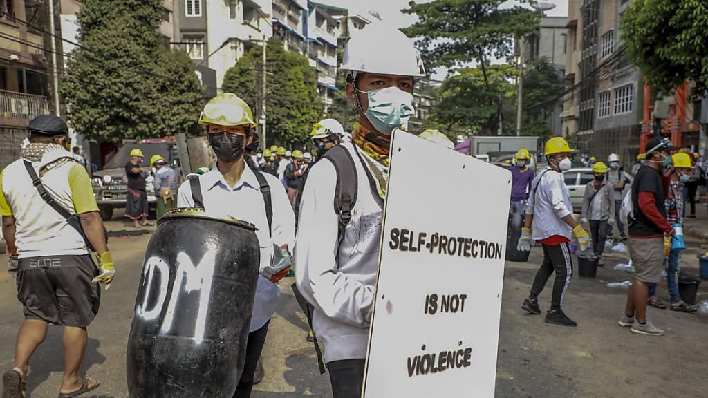 Proteste in Myanmar gehen nach blutigstem Tag weiter - Trauer um Tote