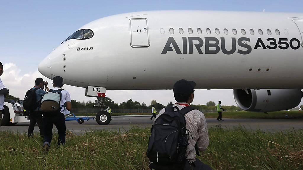 Der europäische Flugzeugbauer Airbus hat im vergangenen Jahr laut Brancheninsidern so viele Maschinen wie nie zuvor ausgeliefert. (Archivbild)