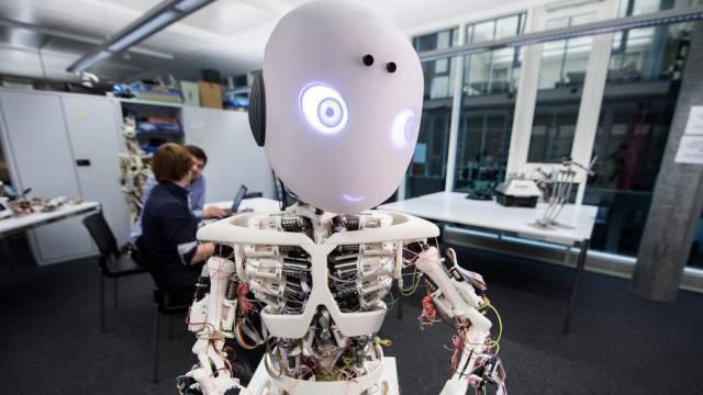 Der Roboter streichelte die Personen am Rücken und Beinen (Symbol)
