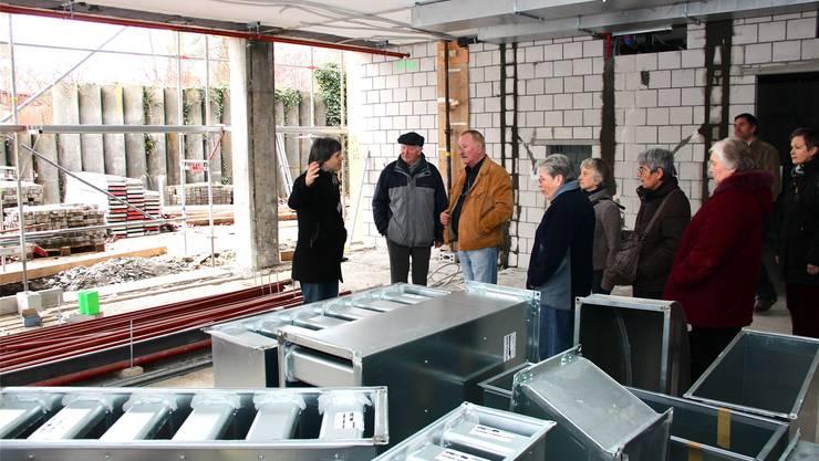 Projektleiter Stephan Bircher (links) zeigt den Besuchern den Ort, wo sich künftig das Restaurant befinden wird. fba