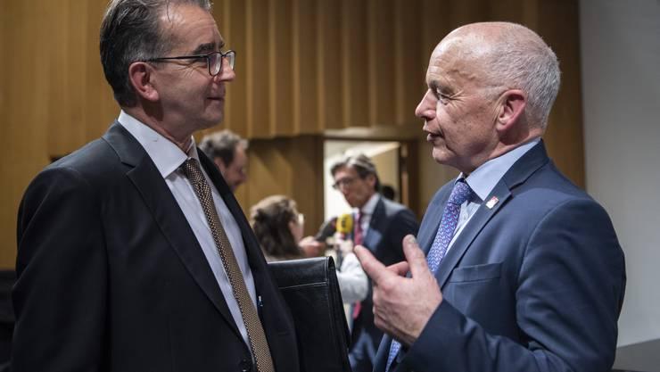 Bundespräsident Ueli Maurer (rechts) spricht mit Joseph Jung, Historiker und Escher-Biograf, anlässlich des Festaktes zum 200. Geburtstag von Alfred Escher an der ETH in Zürich.