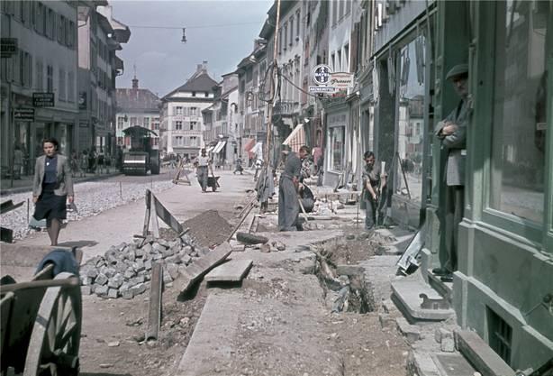 Die Bauarbeiter kommen zurück: 1940 sanierten sie die Liestaler Rathausstrasse letztmals, ab 13. März gehen sie wieder ans Werk. Foto Theodor Strübin. Fotosammlungen, Archäologie und Museum Baselland, Liestal