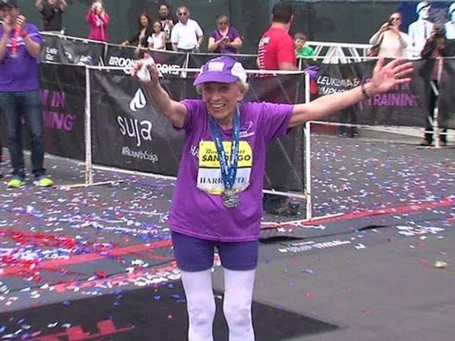 Die 92-jährige Harriette Thompson beim Zieleinlauf am San Diego Rock 'n' Roll Marathon