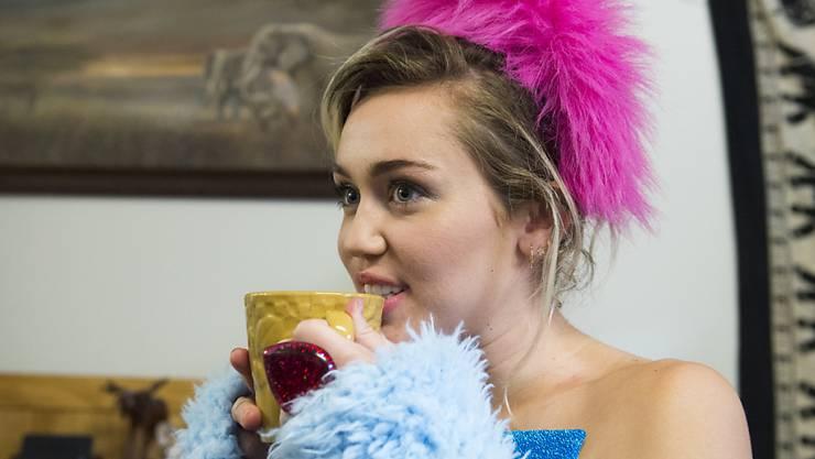 Miley Cyrus - hier bei einem Wahlkampfanlass für Hillary Clinton - trägt normalerweise Modeschmuck wie diesen Plastik-Fingerring. Aber ab und zu zieht sie den Verlobungsring an, den ihr Liam Hemsworth gegeben hat. (Archivbild)