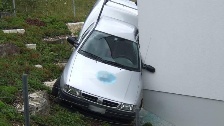 Das Auto fuhr führerlos in eine Hausmauer