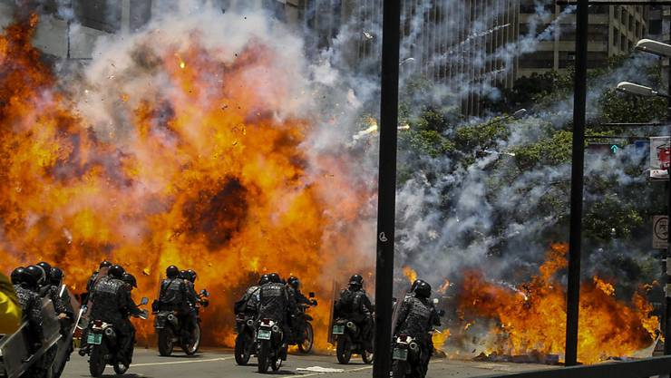 Bürgerkriegsähnliche Zustände: In Venezuelas Hauptstadt Caracas und an anderen Orten des Landes kommt es am Sonntag am Rande der Wahl zu Gewaltausbrüchen.